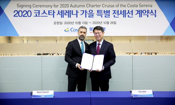 롯데관광개발 대표이사 사장 백현(오른쪽)과 코스타그룹 아시아지역 사장 마리오 자네티(왼쪽).