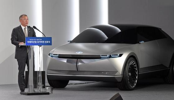 지난해 스마트 모빌리티 솔루션 기업으로 변신을 선언한 정의선 현대자동차그룹 수석부회장의 미래 계획이 구체화하고 있다. 현대차그룹이 4일 발표한 '2025 전략'은 첫번째 포석이다. 지난 10월 미래차 산업 국가비전 선포식에서 발표하는 정 수석부회장. [청와대사진기자단]