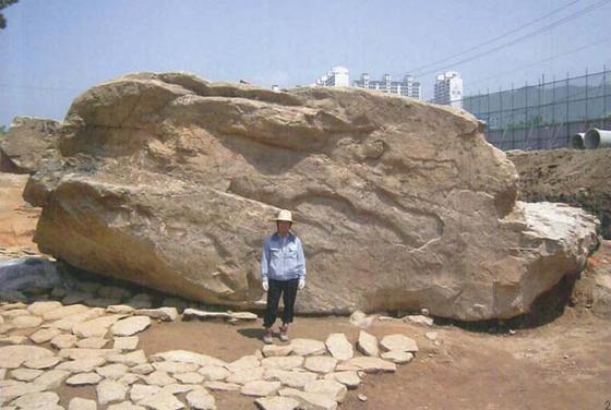 2007년 도시개발사업 당시 발견된 지석묘. 임시 방편으로 깊이 10m의 땅속에 보존되고 있다.[사진 김해시]