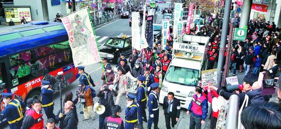 지소미아 종료 유예로 한·일 파국은 막았지만 여전히 갈 길이 멀다는 게 일본 전문가들의 공통된 진단이었다. 사진은 일본 극우단체 회원들이 1일 도쿄에서 반한 시위를 하는 장면. [연합뉴스]