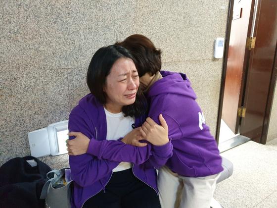 고 김태호 어머니 이소현씨가 지난달 27일 오후 국회 자유한국당 원내대표실 앞에서 오는 28일 행안위 소위 일정이 잡혔다는 소식을 듣고 관계자를 안고 눈물을 흘리고 있다. 임현동 기자