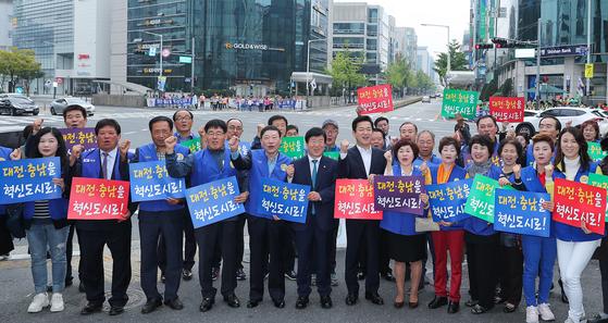 허태정 대전시장이 시민단체와 '대전·충남 혁신 도시 지정 촉구 서명운동'을 벌였다. [연합뉴스]