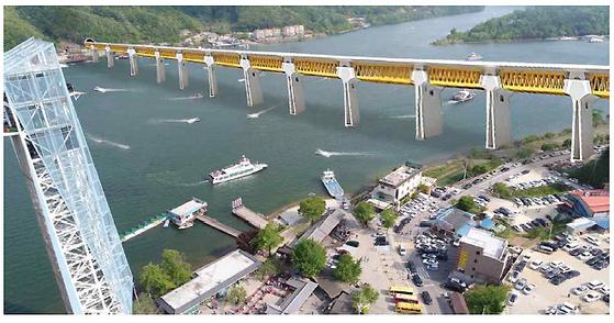 국토부의 제2경춘국도 건설 사업 계획에 따르면 짚와이어와 남이섬 사이에 그림과 같은 다리가 설치된다. 짚와이어는 당연히 무용지물이 되며 가평 선착장에서 남이섬까지 이어진 뱃길도 복잡하게 엉킨다. [그림 남이섬]