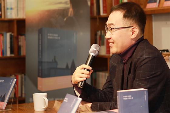 신간 『우리가 간신히 희망할 수 있는 것』을 펴낸 김영민 서울대 정치외교학부 교수. [사진 사회평론]