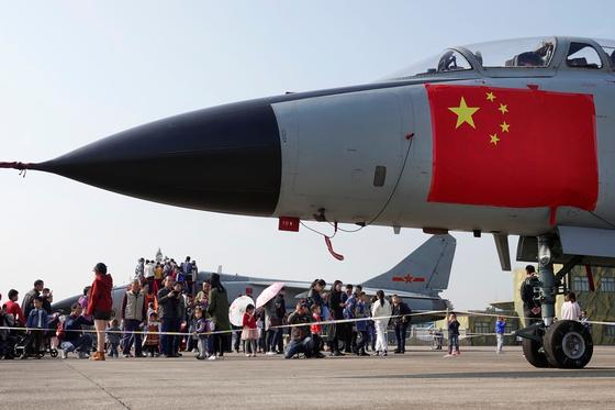 중국 인민해방군 창설 70주년을 맞아 중국 저장성 항저우의 한 공군 기지에서 시민들이 중국군의 전투기를 보고 있다.[로이터=연합뉴스]