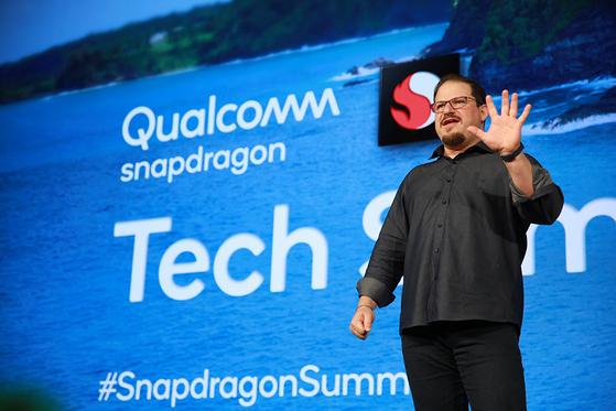 """크리스티아노 아몬 퀄컴 사장은 지난 3일 퀄컴 테크서밋에서 '5G는 지금까지 상상하지 못한 방식으로 연결, 컴퓨팅 및 의사 소통에 대한 새롭고 흥미로운 기회를 제공할 것""""이라며 '퀄컴은 글로벌 5G 도입을 촉진하는데 중요한 역할을 수행하게 되어 기쁘다""""고 강조했다.[사진 퀄컴]"""