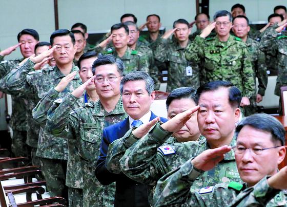 '2019 연말 전군 주요지휘관회의'가 4일 서울 용산구 국방부에서 열렸다. 정경두 국방부 장관, 서욱 육군참모총장(오른쪽 넷째부터)을 비롯한 참석자들이 국민의례를 하고 있다. [뉴스1]