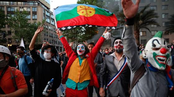 칠레 산티아고에서 시위대가 불평등에 대한 저항의 표시로 영화 캐릭터 '조커'로 분장했다.