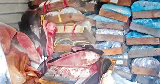 2016년 울산 경찰이 압수한 40억원 상당의 고래고기 27t. 이 가운데 21t을 검찰이 피의자에게 돌려줬다. [연합뉴스]