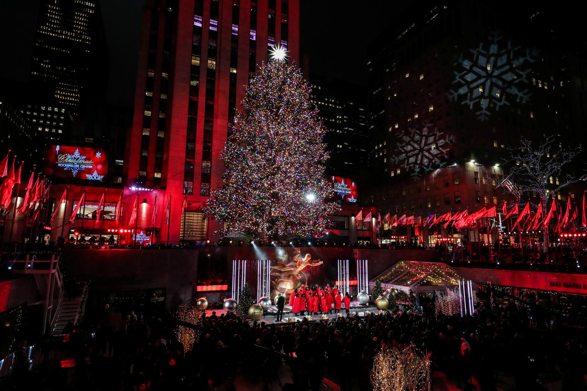 87회 록펠러 센터 크리스마스트리 점등식이 4일(현지시간) 미국 뉴욕 맨해튼 록펠러 프라자에서 열렸다. 5일 관광객들이 록펠러 크리스마스트리 앞에서 열린 공연을 관람하고 있다. [로이터I=연합뉴스]