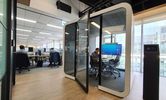 씨티은행 신사옥의 큐브 모양 회의실. 회의실에서 자신의 컴퓨터에 접속할 수 있다. 한애란 기자