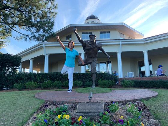 곽민서가 LPGA Q시리즈가 열린 파인허스트 골프장 페인 스튜어트 동상 옆에서 포즈를 취했다. 스튜어트는 1999년 이 곳에서 열린 US오픈 우승했다. [사진 곽민서]