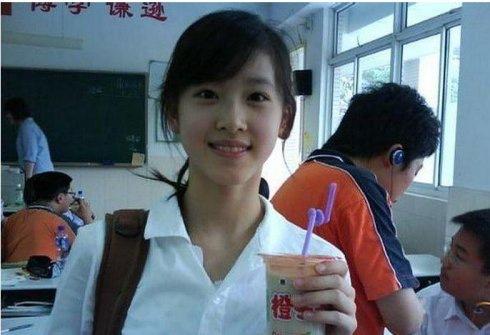 장쩌톈은 고교 시절 밀크티를 들고 선 사진 한장이 인터넷 공간에 퍼지며 일약 중국의 화제 인물로 떠올랐다. [중국 바이두 캡처]