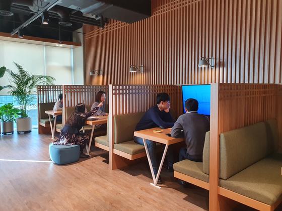 휴식을 취하면서 일도 할 수 있는 워크카페. 여기에도 스크린과 컴퓨터가 설치돼 있다. [사진 씨티은행]