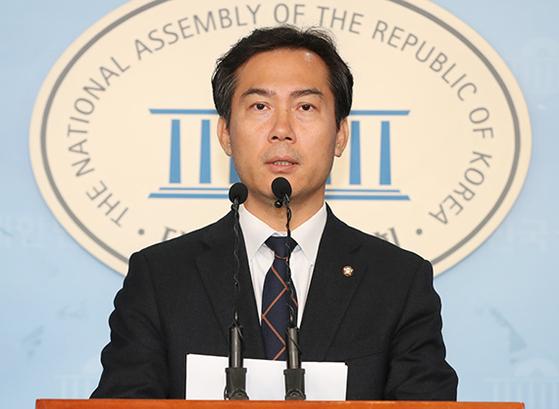 3선의 김영우 자유한국당 의원이 4일 국회에서 불출마 기자회견을 하고 있다. [뉴시스]