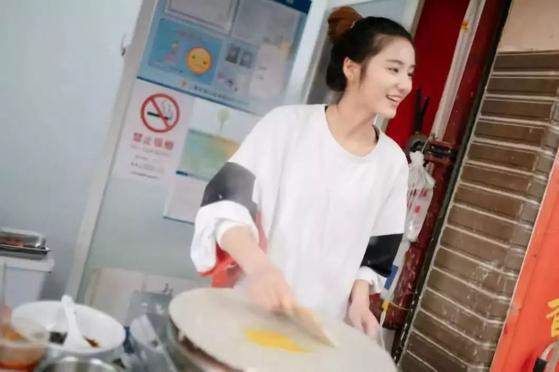 상하이에서 중국 전통의 부침개 '젠빙'을 만들어 파는 22세의 황루야오가 중국 틱톡을 통해 일약 인터넷 스타로 떠올랐다. [중국 신화망 캡처]