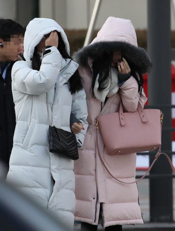 한파가 닥친 5일 오전 서울 광화문 거리에서 시민들이 발걸음을 재촉하고 있다. 6일 아침에는 기온이 더 떨어져 매우 추울 전망이다. [연합뉴스]