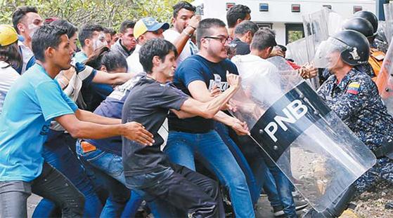 베네수엘라 카라카스에서 대학생이 경찰과 대치하고 있다. [AP=연합뉴스]