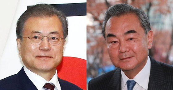 문재인 대통령(왼쪽)이 5일 오후 청와대에서 왕이 중국 국무위원 겸 외교부장을 접견한다. [연합뉴스], 김상선 기자