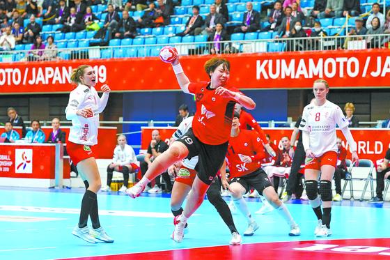 한국이 여자 핸드볼 세계선수권대회에서 무패(3승1무)로 결선리그에 진출했다. 사진은 1일 덴마크전에서 슛을 쏘는 강은혜(가운데). [EPA=연합뉴스]
