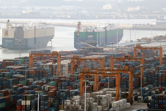 지난 8월 27일 경기도 평택시 포승읍 평택항 수출 야적장에 컨테이너가 쌓여있는 모습. [뉴스1]