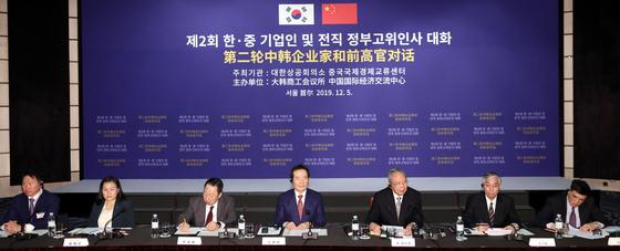 쩡 페이옌 중국측 위원장(오른쪽 세 번째)이 5일 오전 서울 중구 웨스틴조선호텔에서 열린 제2회 한ㆍ중 기업인 및 전직 정부고위인사 대화에서 개회사를 하고 있다. [뉴스1]