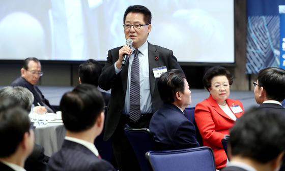 박지원 대안신당 의원이 3일 오전 서울 광화문 포시즌스 호텔에서 '4차산업혁명, 農(농)의 혁신성장을 말하다'를 주제로 열린 제4회 미농포럼에서 축사를 하고 있다. [뉴스1]