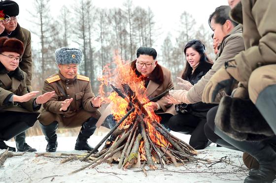 김정은 북한 국무위원장이 군 간부들과 백두산에 올랐다고 조선중앙통신이 4일 보도했다. 모닥불 쬐는 모습은 김일성의 항일 빨치산 시절을 연출한 것이라는 분석이다. [뉴시스]