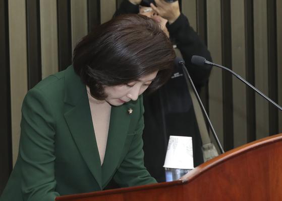 나경원 자유한국당 원내대표가 4일 오전 국회에서 열린 의원총회에서 인사하고 있다. 임현동 기자