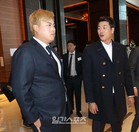 류현진과 김광현이 4일 열린 2019 조아제약 프로야구대상 시상식에 참석해 얘기를 나누고 있다. 박세완 기자