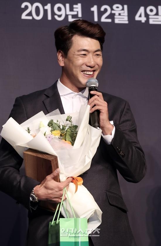 지난 4일 열린 2019 조아제약 프로야구대상 시상식에 참석한 김광현이 최고투수상을 수상하고 소감을 밝히고 있다. 김민규 기자