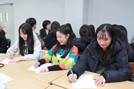 후배들을 위한 장학금 기부 약정서를 작성하고 있는 간호학과 4학년 학생들.