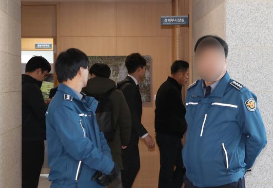 서울중앙지검 관계자들이 6일 오전 송병기 울산시 경제부시장실을 압수수색하고 있다. [뉴스1]