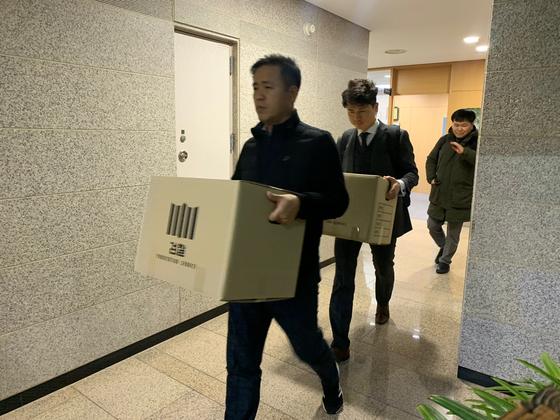 6일 오후 울산시청 8층 경제부시장 집무실에서 약 8시30분간의 압수수색을 마친 검찰이 압수물을 챙겨 떠나고 있다. 김정석기자