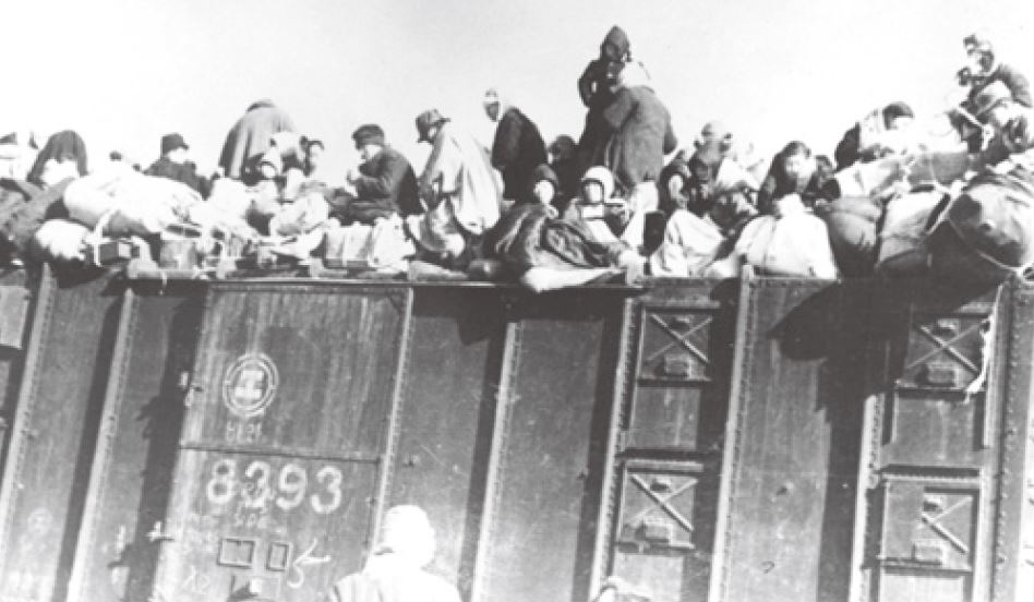 (사진 1) 6.25 전쟁 당시 열차에 올라탄 피난민. [출처 한국철도공사]