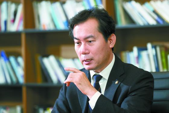 """김영우 자유한국당 의원은 5일 '황교안 체제에 대한 실망이 크다""""며 '당직 인선을 보거나 주변으로부터 이야기를 들어보면 근본적으로 변화하는데 실패할 수도 있겠다 싶다""""고 말했다. 임현동 기자"""