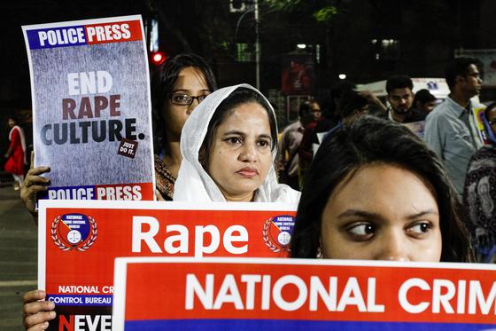 3일(현지시간) 인도 뉴델리에서 지난달 하이데라바드에서 한 수의사가 성폭행당한 후 살해된 것에 분노한 시민들이 정의를 요구하는 시위를 벌이며 구호를 외치고 있다. [AP 연합뉴스]