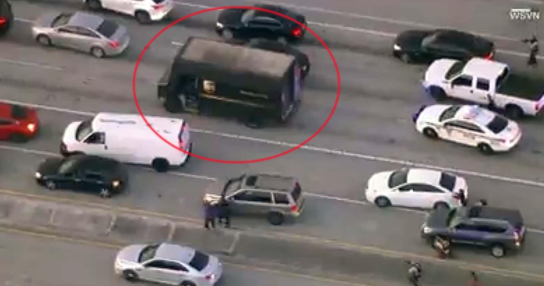 미 플로리다주에서 5일(현지시간) UPS 트럭(원안)을 탈취해 도주하던 보석상 강도와 경찰이 총격전을 벌이고 있다. [사진 CNN 캡처]