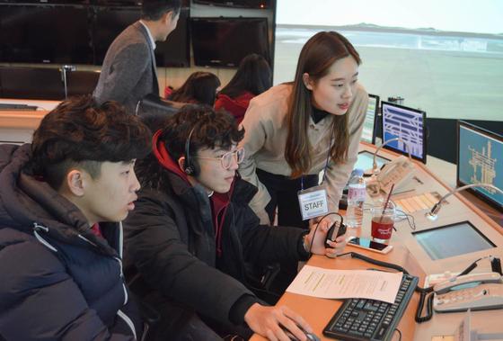 한국항공대 항공우주캠프에 참가한 학생들이 재학생들의 지도를 받아 모의관제실습을 해보고 있다.