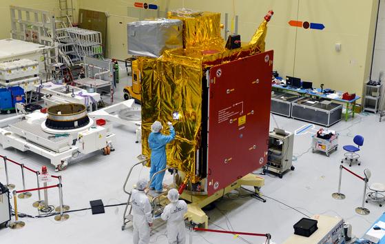 4일 공개된 천리안위성 2B호는 무게 3.4t에 이르는 중형급 정지궤도 위성이며 국내 독자기술로 개발됐다. 천리안2호 개발에는 한반도를 둘러싼 지역의 미세먼지와 해양환경 감시라는 미션 뿐 아니라 국내 정지궤도 위성 수요에 대한 자체 공급능력도 확보했다는 데 의의가 있다. 프리랜서 김성태