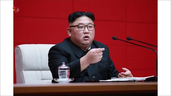 북한이 10일 노동당 중앙위원회 제7기 제4차 전원회의를 개최했다. 사진은 조선중앙TV가 11일 공개한 김정은 국무위원장의 모습. [연합뉴스]