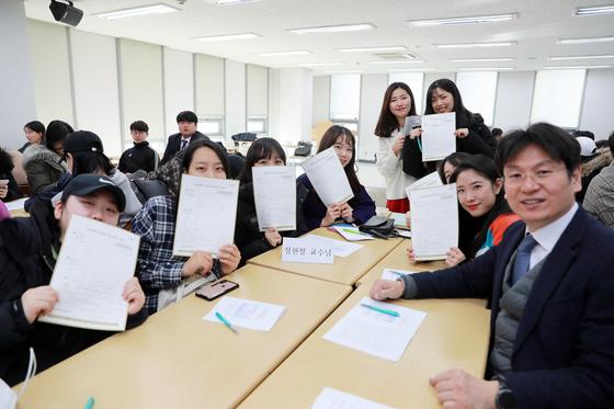 장학금 기부 약정서를 작성한 간호학과 4학년 학생들이 기념사진을 찍고 있다. 오른쪽은 정현철 학과장.
