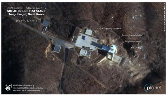 민간위성업체 '플래닛랩스'(Planet Labs)가 5일 촬영한 위성사진에서 동창리 미사일 발사장 앞에 대형 선적컨테이너가 놓여 있다. [CNN 캡처]
