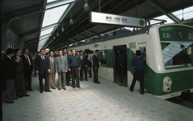 (사진 31) 1983년 서울지하철 2호선 개통. [출처 서울시청]