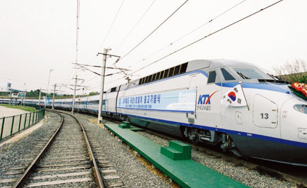 (사진 34) 2002년 출고되는 국산 1호 KTX. [출처 한국철도공사]