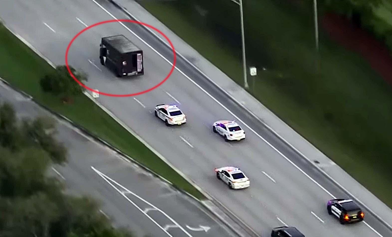 미 플로리다주에서 5일(현지시간) 경찰차들이 UPS 트럭(원안)을 탈취한 보석상 강도를 추격하고 있다.[사진 10news 유튜브 캡처]