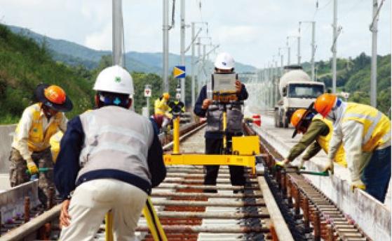 (사진 36) 2009년 경부고속철도 2단계 공사 장면. 2단계는 이듬해 개통했다. [출처 한국철도시설공단]