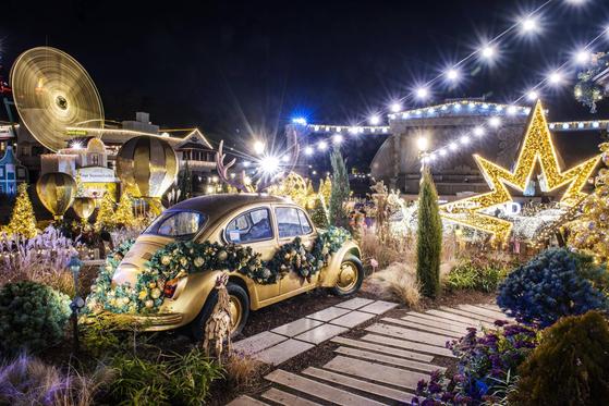 에버랜드는 1만㎡ 규모의 정원을 화려한 황금빛 조명으로 꾸몄다. 일명 '블링블링 골드 가든'이다. [사진 에버랜드]