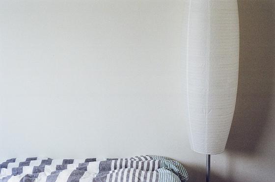 남편이 늘 벽에 붙어 잠든 이유가 나의 잠버릇 때문이란 걸 뒤늦게 알았다. 매일 밤 같은 이불을 덮고 자면서도 말하지 않으면 알지 못하는 것이 부부 사이구나 새삼 또 느낀다. [사진 pixabay]