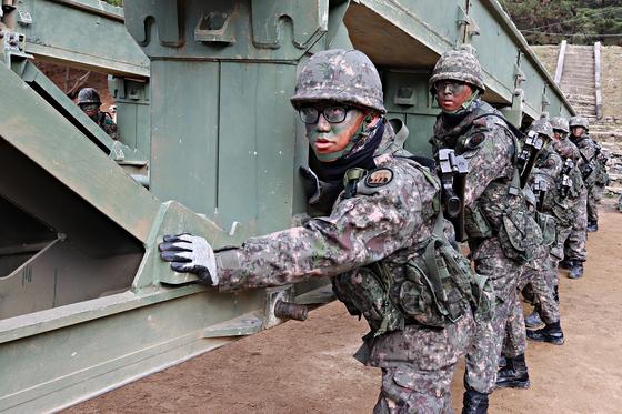 지난달 26일 강원도 인제 공병종합훈련장에서 제3공병여단 교량대대 장병이 간편조립교를 밀고 있다. 박용한